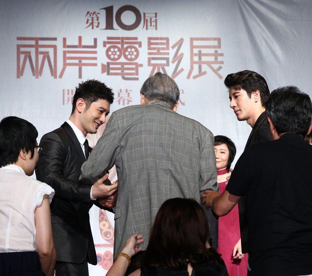 黃曉明(左)和王力宏(右),貼心攙扶導演李行(中)上下階梯。記者林澔一/攝影