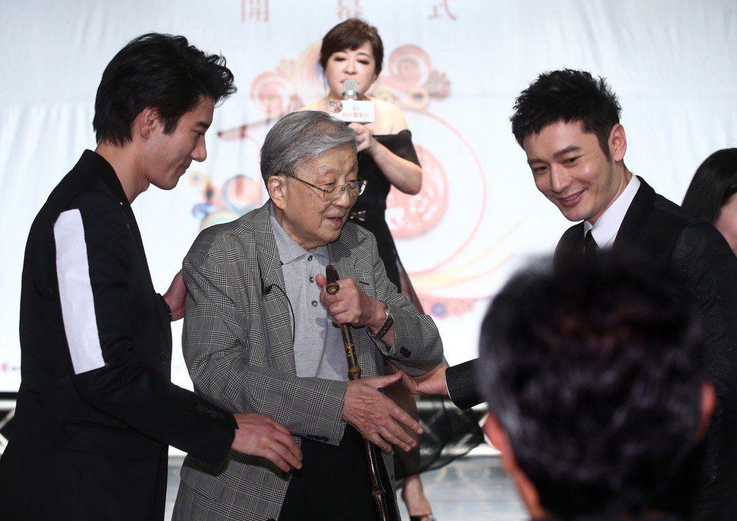黃曉明(右)和王力宏(左),貼心攙扶導演李行(中)上下階梯。記者林澔一/攝影