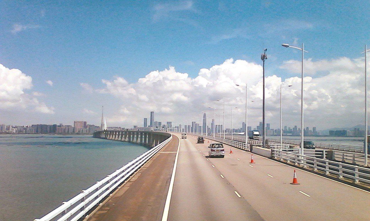 自流浮山穿海而過的公路另一頭是深圳。