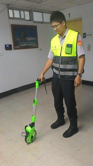 高雄市警局獲得民代致贈104具LED測距輪,提升夜間執勤的安全與速度。 記者黃宣...