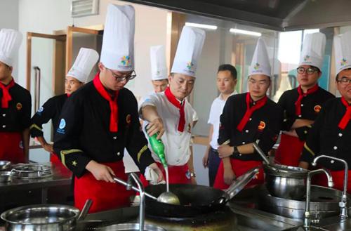 每天下午,同學們都得製作小龍蝦菜餚,並且互相品嘗點評,有學生說「天天吃也受不了,...