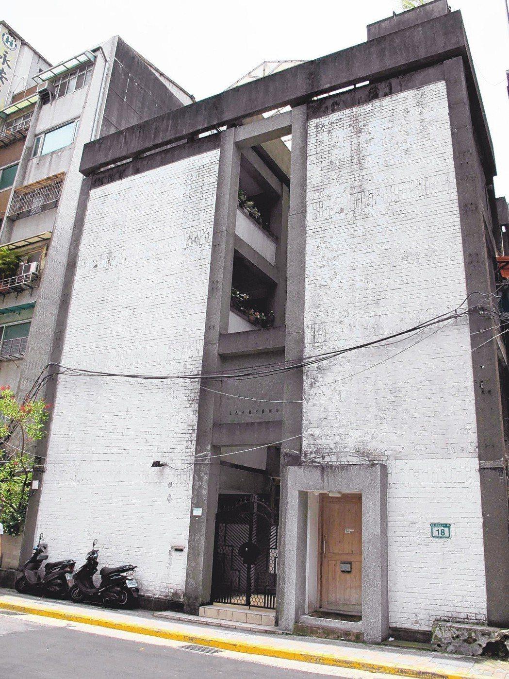 「虹廬」極簡的H型內凹立面設計,被認為與日本建築師安藤忠雄的「住吉長屋」有類似的...