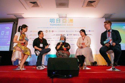 主持人丁立(左1)與鮮乳坊、Javara、众社企及幸運小鐵魚4家社企的創辦人,分...