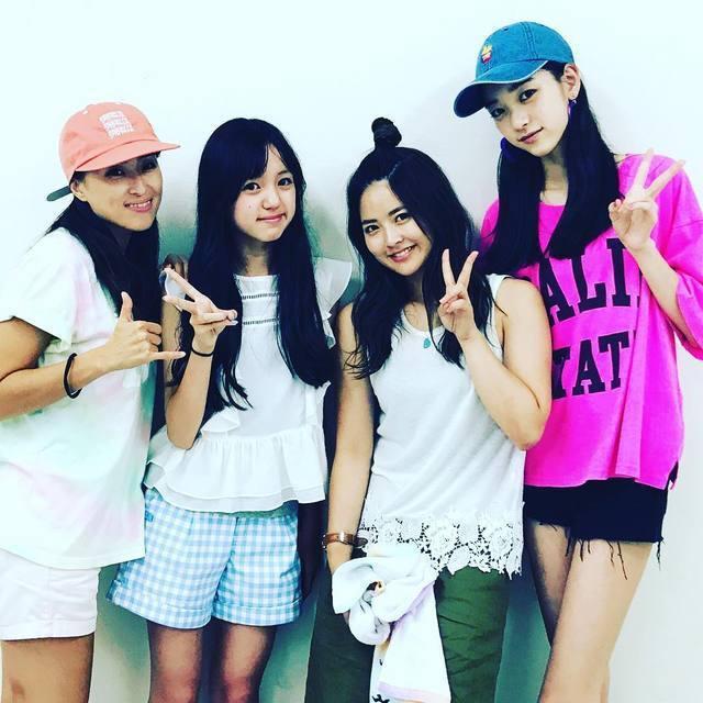 夏目璃乃(右一)和同年齡的女孩站在一起顯得鶴立雞群。圖/擷自instagram