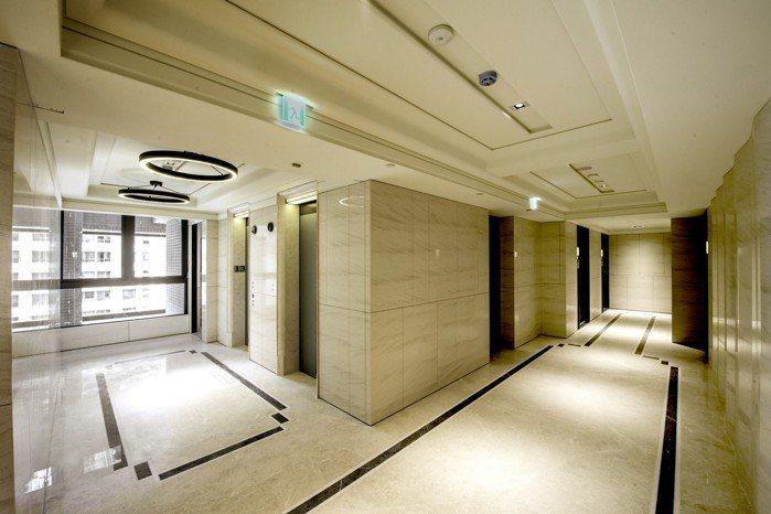 双捷晶華全石材梯廳,加上耗時費工的曲面設計,呈現豪宅質感。 圖/双捷晶華提供