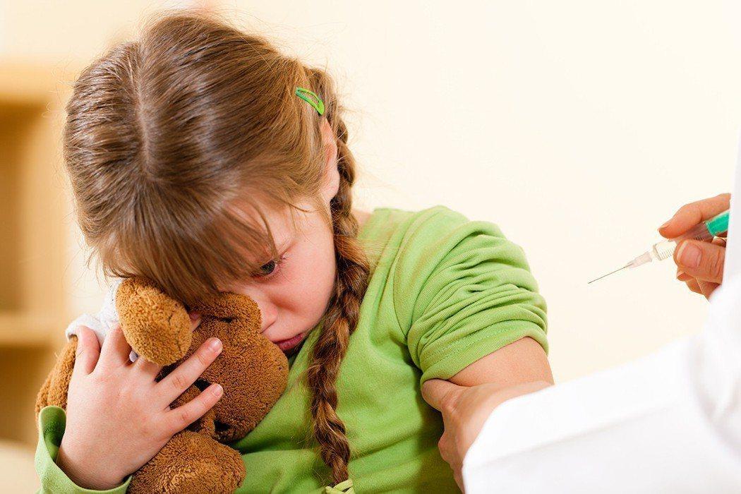 護理師半跪姿幫哭鬧孩子打針 家屬的一句話讓醫護很受傷。 示意圖,非當事者/ing...