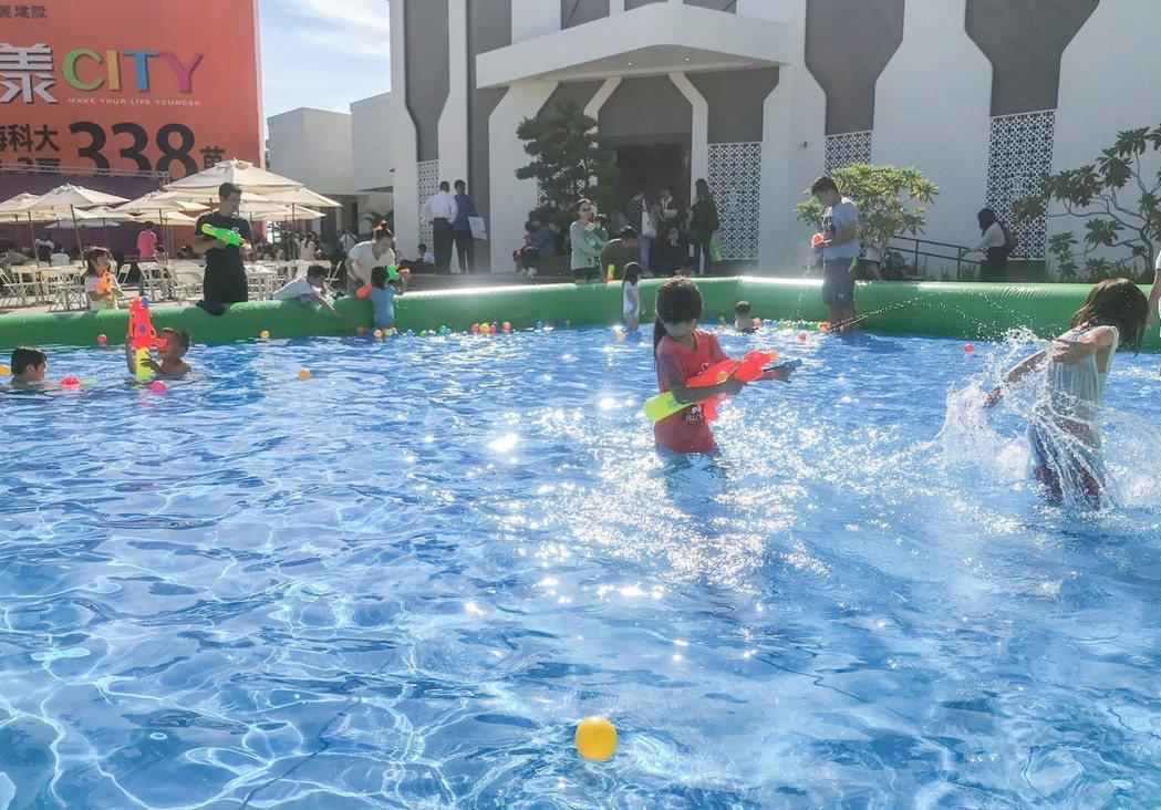 熱浪一波波,小朋友看到「漾city」接待中心前游泳池就玩瘋了。 攝影/張世雅