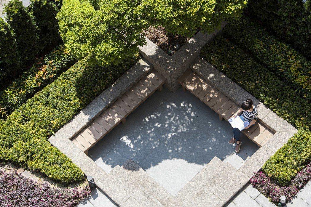 在中庭小憩,獨享寧靜片刻。 圖片提供/都市建設