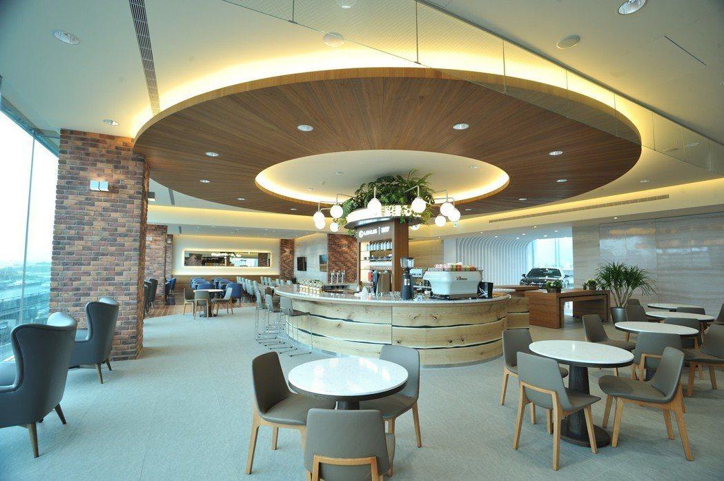 LEXUS濱江據點重新裝修後,新型態兼具複合功能特別規劃Café、Lounge、Library三大區域,供車主隨心入座。 圖/和泰汽車提供