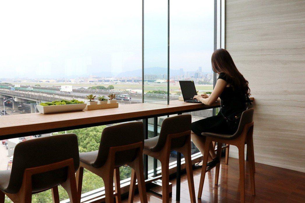 LEXUS特別打造Library區。寬敞的長桌設計結合充電功能,方便攜帶筆記型/平板電腦的車主使用。 記者陳威任/攝影