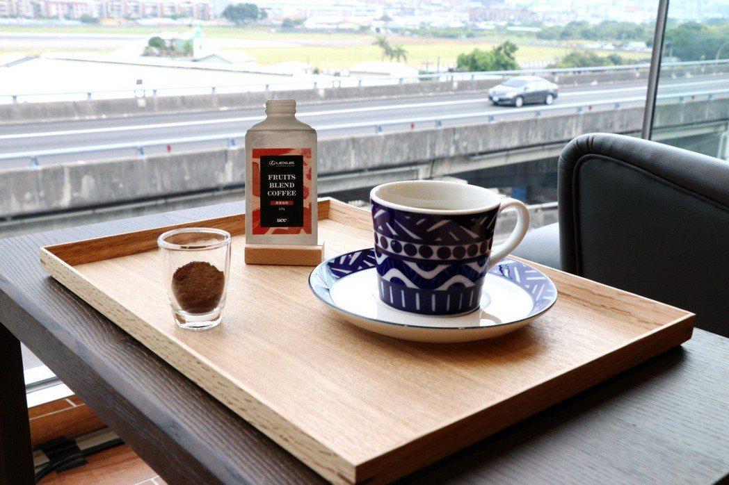享受美景與咖啡。 記者陳威任/攝影