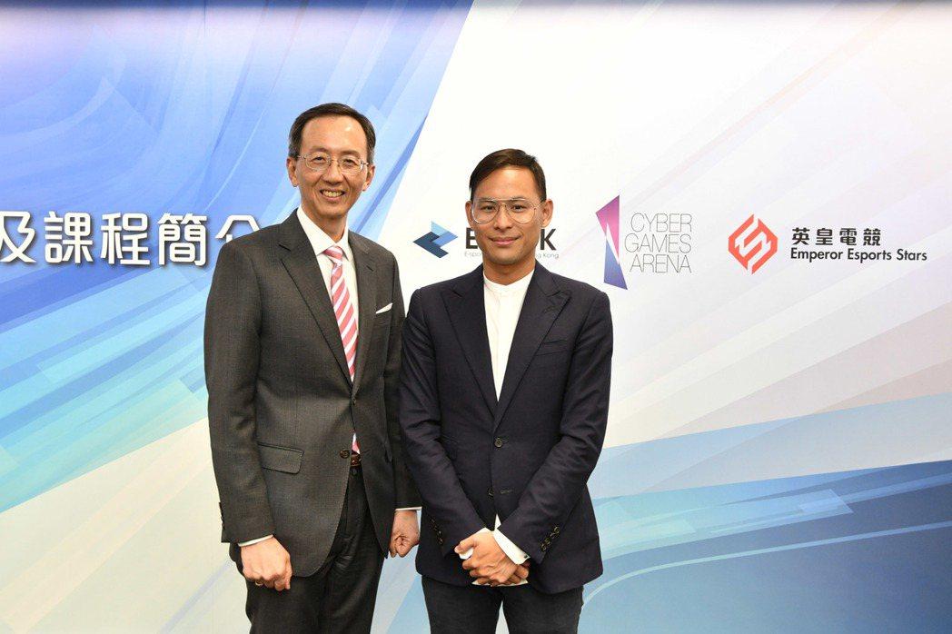 英皇集團執行董事楊政龍先生(右)與 HKU SPACE 院長李經文博士(左)於新...
