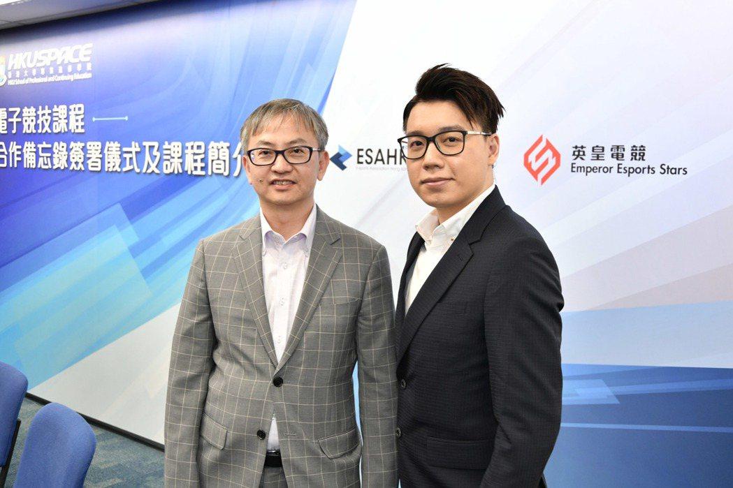 香港特別行政區政府創新及科技局副局長鍾偉強博士(左)與英皇電競戰隊總監 Toyz...