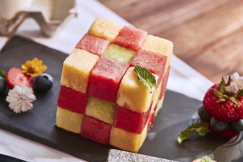 最適合夏天的清甜水果,包括西瓜、鳳梨、哈密瓜等等,切成小巧的水果磚。 萬豪酒店/...