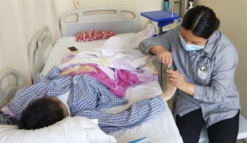 趙晴的母親蔣風靈,每天守在病床前照顧她。(圖/翻攝自騰訊新聞)