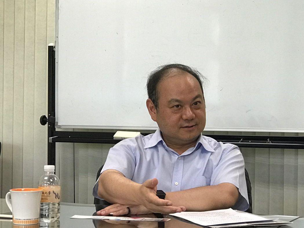 龍華科大校長葛自祥接受專訪,暢談發展應用型大學的優勢。項家麟/攝影