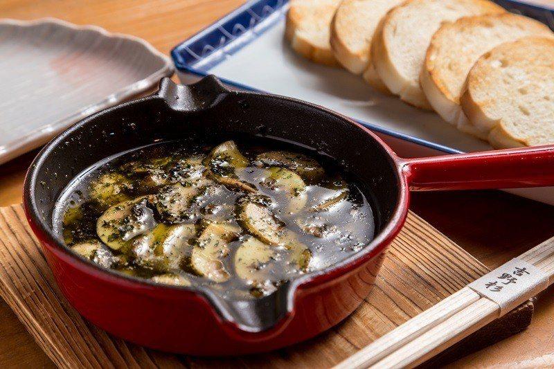 香草蒜油洋菇搭配麵包更美味。