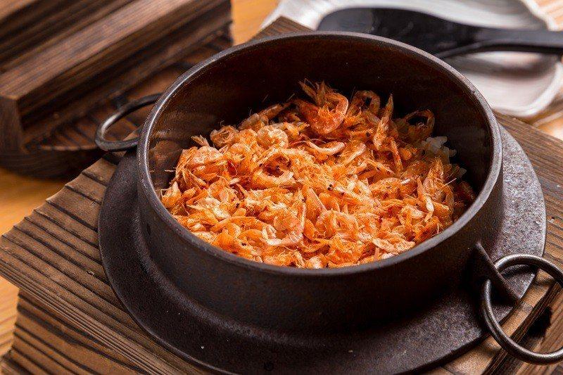 季節釜飯-櫻花蝦釜 飯用料豐富。