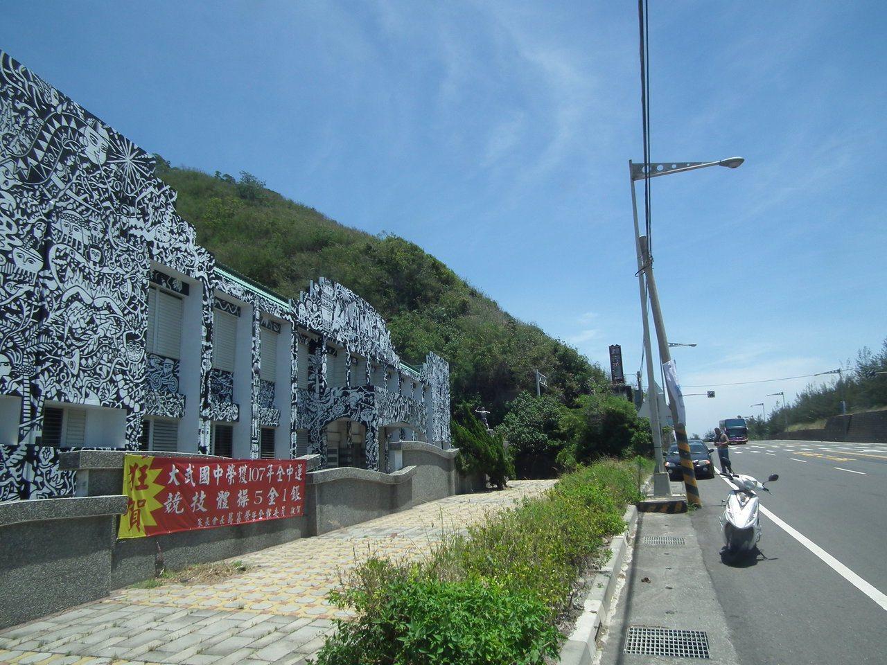 台東大武國中學生活動中心牆面設計彩繪的排灣族圖騰,讓不少往來車輛目光被吸引住,成...
