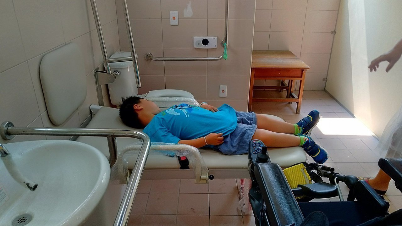 台南市安南區海東國小在學校無障礙廁所內,架設全市第一張照護床,讓身障者如廁更方便...