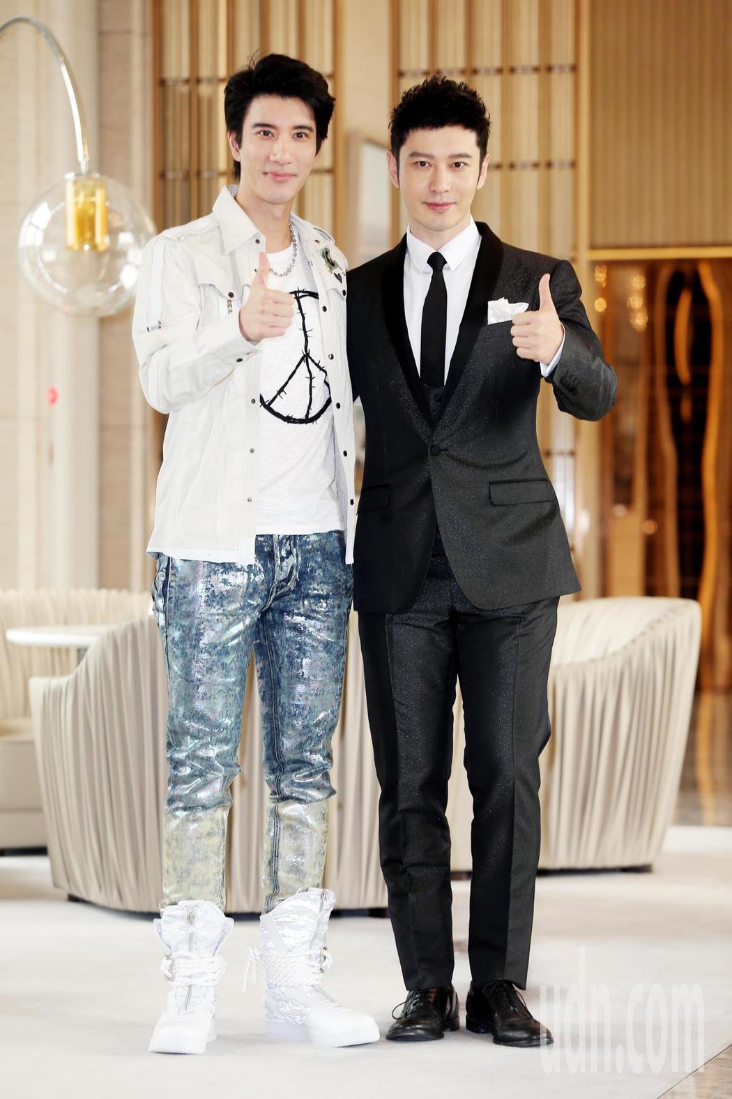 《無問西東》的男主角兼出品人黃曉明(右)與王力宏(左)接受媒體聯訪宣傳新電影。
