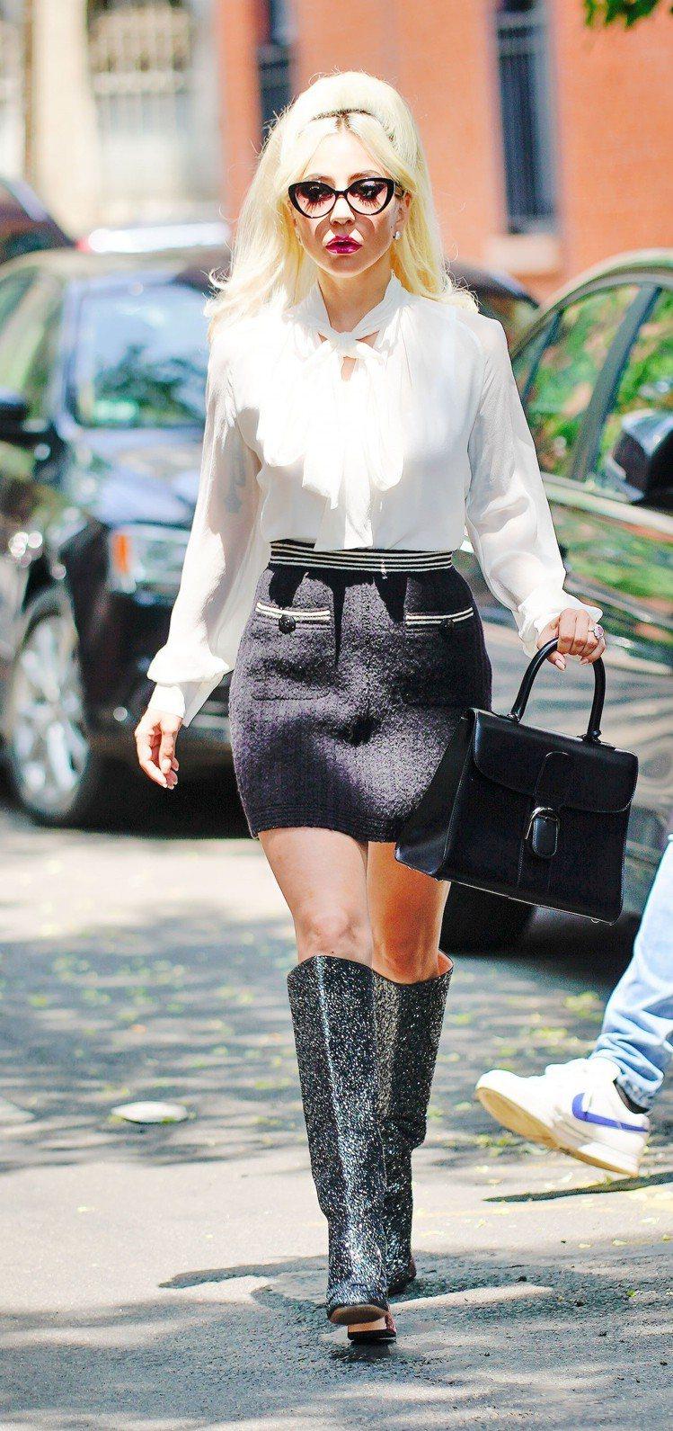 以Brillant包款搭襯,Lady Gaga也能展現性感帥氣。圖/DELVAU...