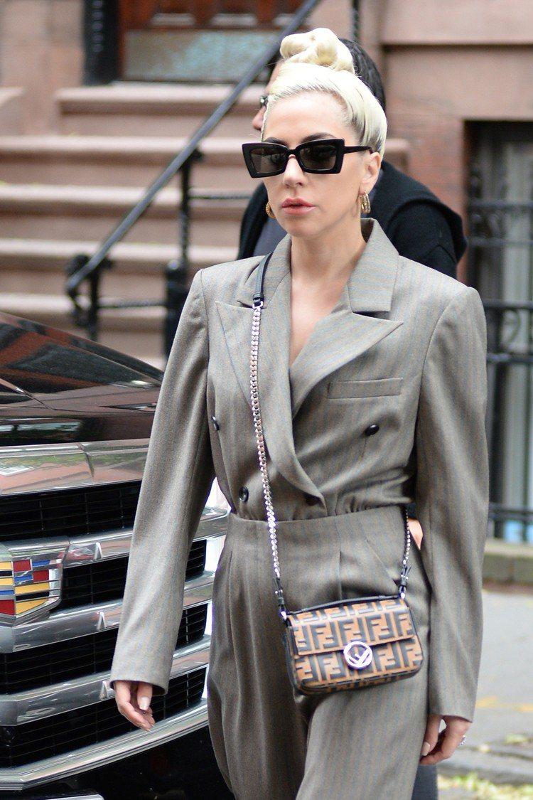 Lady Gaga背著FF logo Double Baguette鍊袋包,既典...