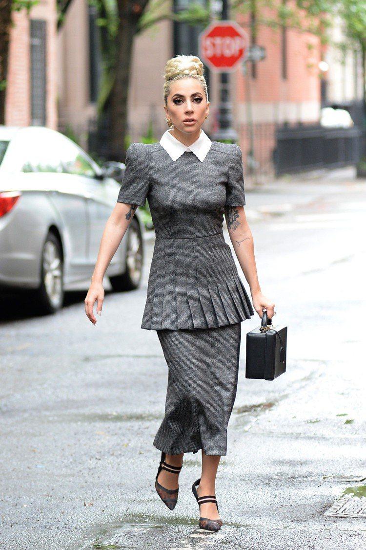 Lady Gaga穿FENDI 2018秋冬灰色立肩上衣、鉛筆裙,搭配2018春...