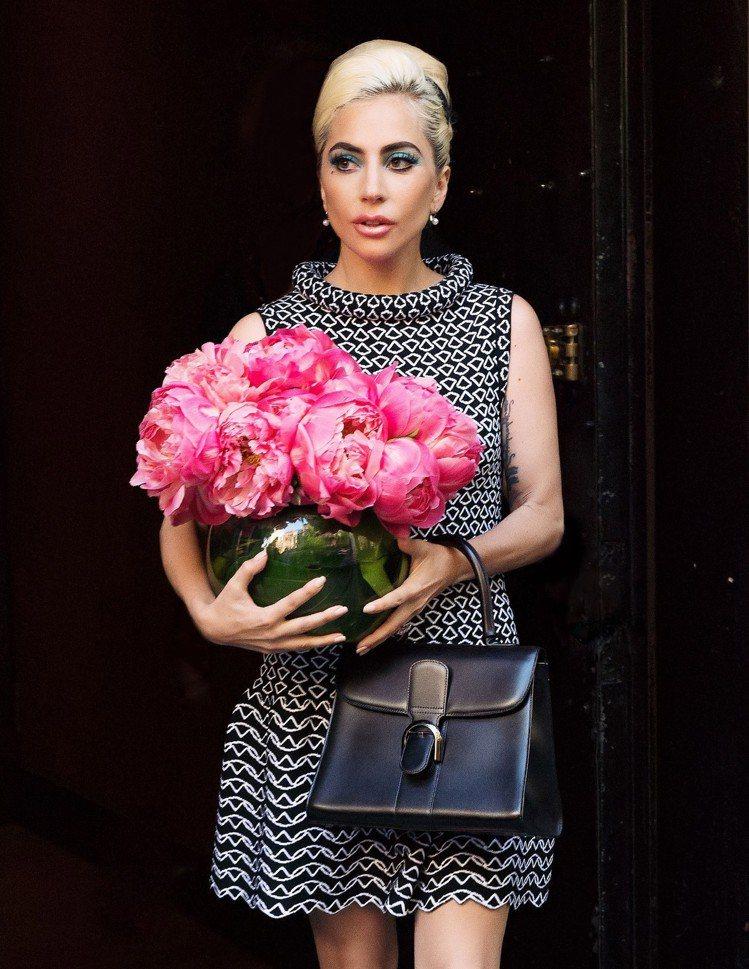 Lady Gaga穿Azzedine Alaia搭配Brillant包款,氣質高...