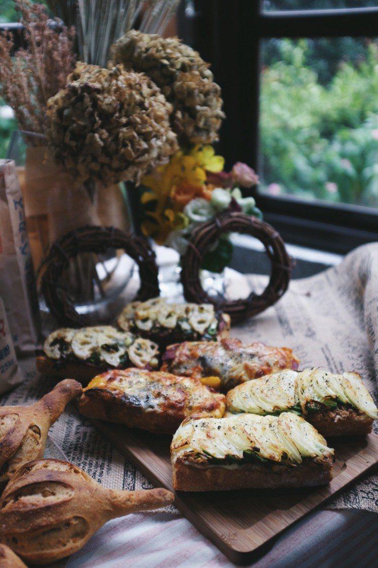 鮪魚酪梨料理麵包(下)、蕃茄起司料理麵包(中)、青蔥蓮藕藍紋起司料理麵包(上),...