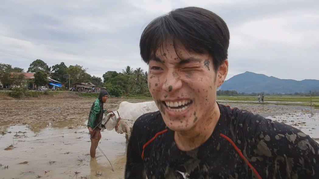 唐振剛出外景沾滿泥濘。圖/八大提供