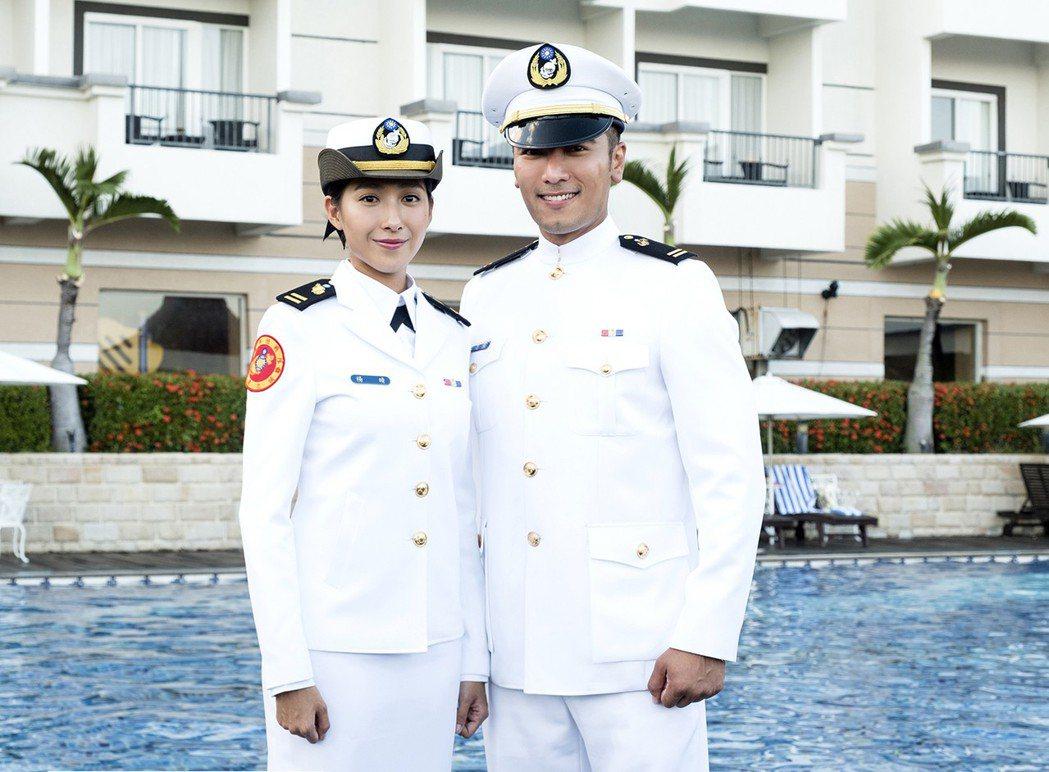 楊晴(左)、羅平在「女兵日記」中上演同袍軍官戀愛戲碼。圖/TVBS提供
