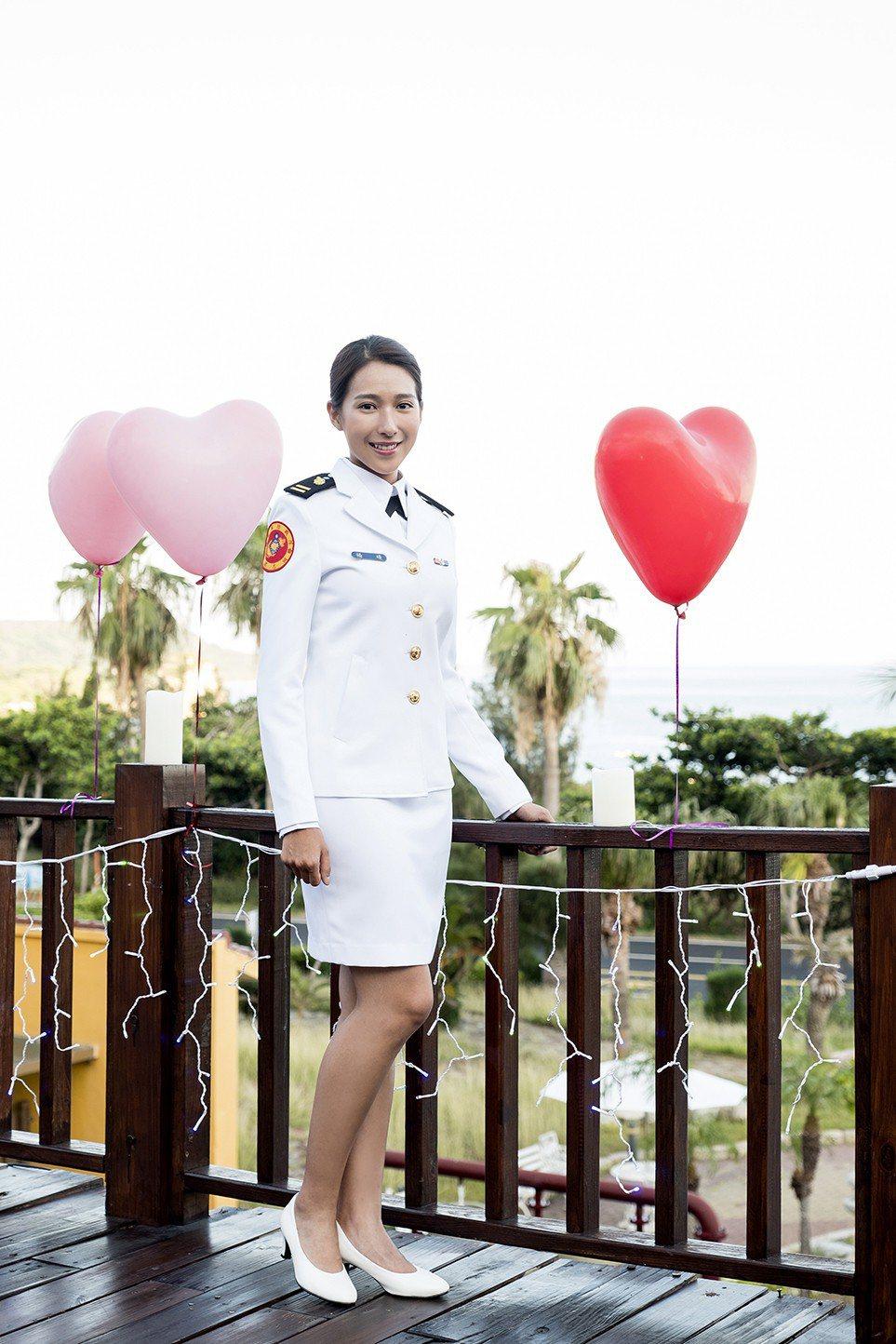 楊晴穿上國軍海軍陸戰隊大禮服。圖/TVBS提供