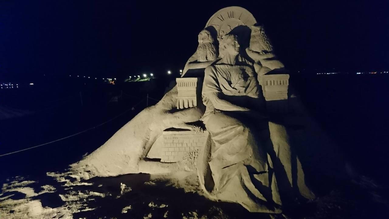 福隆夜沙雕今晚7點半點燈,光雕投影秀聲光好震撼,民眾驚呼連連。圖/東北角管理處提...