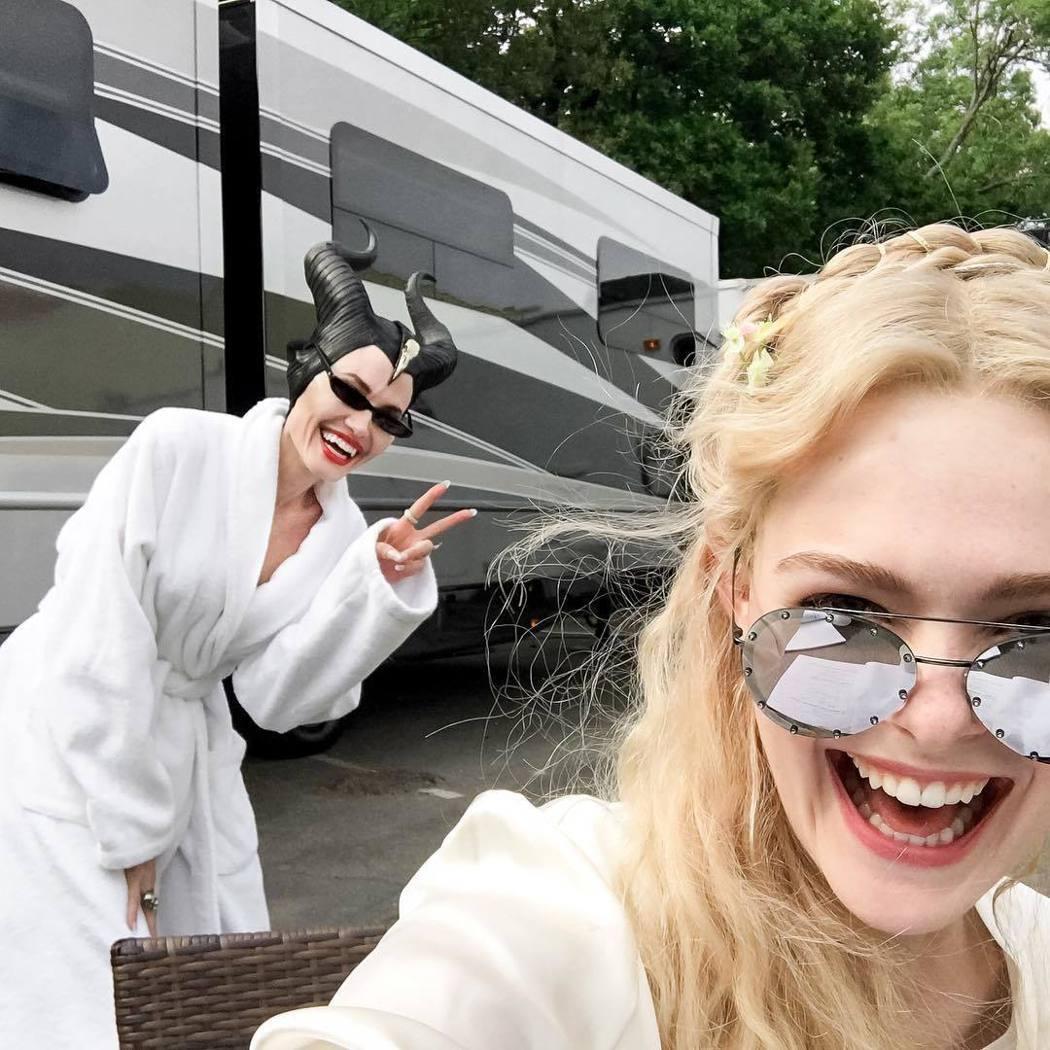 安琪莉娜裘莉(左)在「黑魔女2」片場和艾兒芬妮一起玩鬧。圖/摘自Instagra