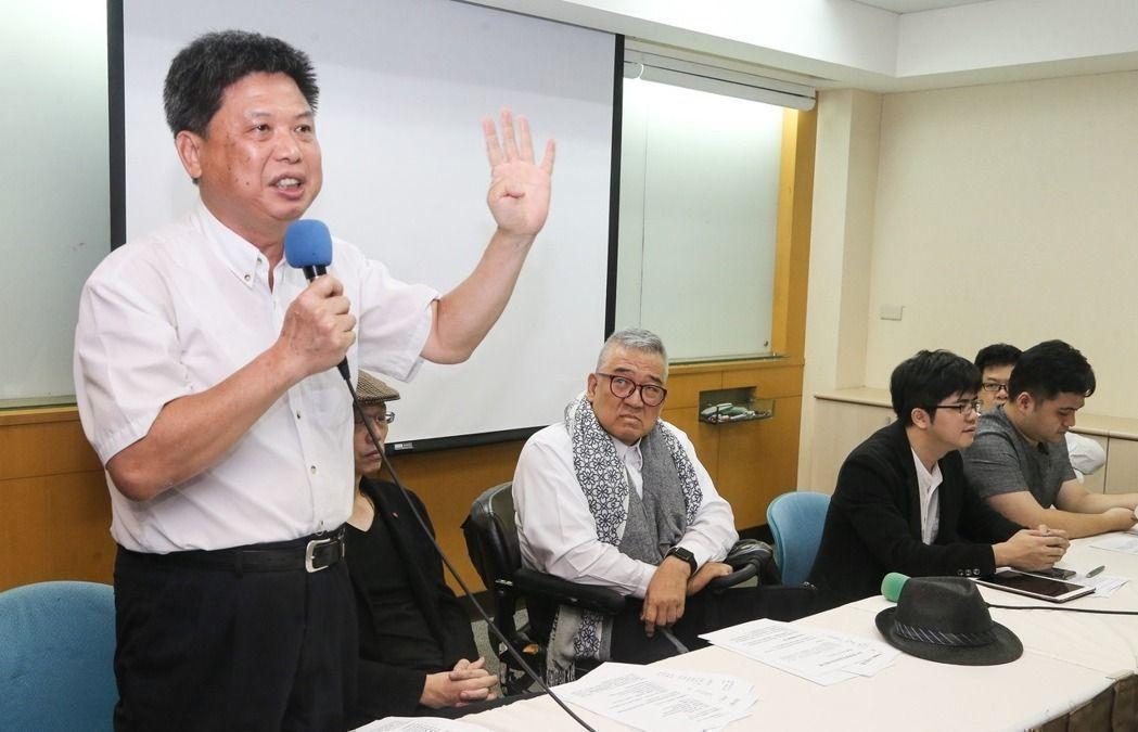 政大教授徐世榮(左一)。聯合報系資料照/記者黃威彬攝影