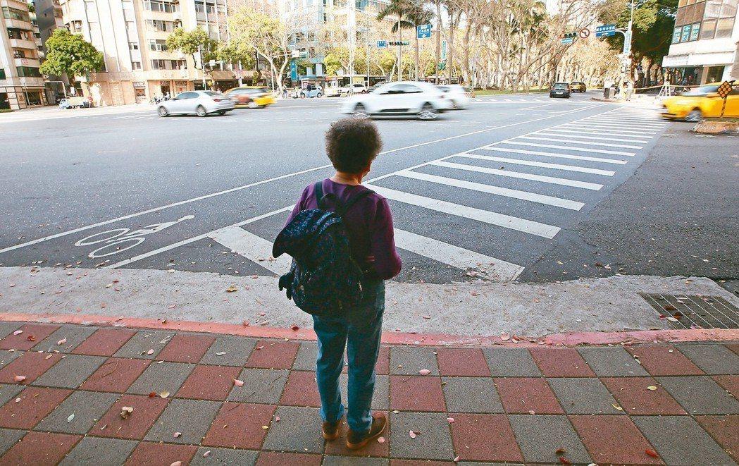 台北等都會區許多路口,由於路太寬,綠燈通行的秒數不夠長,行動緩慢的長者往往來不及...
