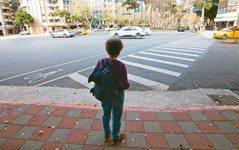 走不完的斑馬線 行人號誌、停等區要友善高齡者