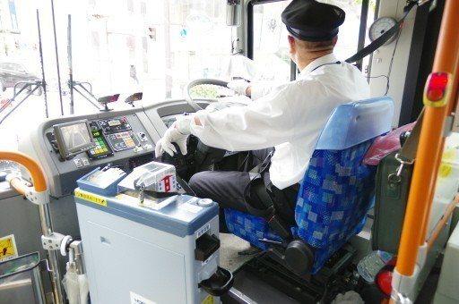 日本的巴士無論市區還是偏鄉,都是到站車停之後乘客才離開座椅,不疾不徐地下車,上車...