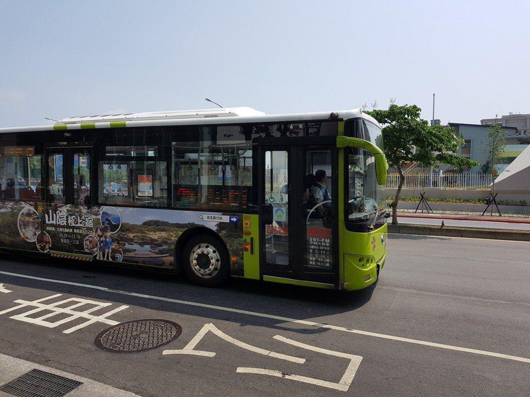 台北市政府交通局今天指出,去年有201人搭乘公車時摔傷,分析原因發現,摔傷前未握...