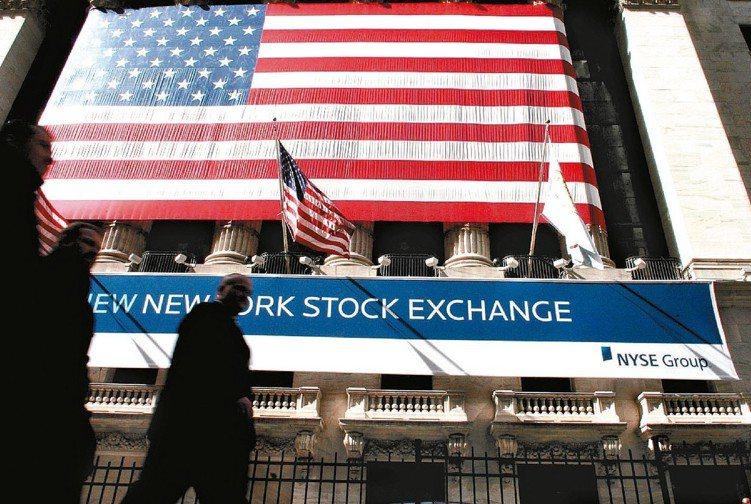 美國股債市震盪,投資人趨於保守,資金轉向股債混合型與貨幣型基金。 (本報系資料庫...
