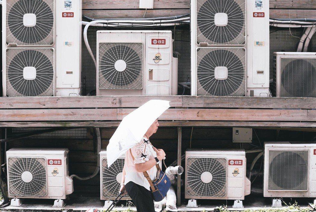 連日高溫屢創紀錄,悶熱的天候讓家家戶戶冷氣全開。 記者許正宏/攝影