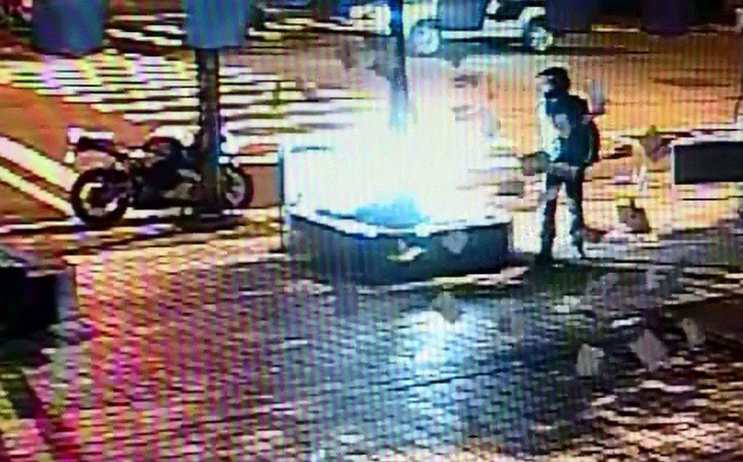 一名重機騎士凌晨到國民黨中央黨部扔撒文宣,隨後丟擲汽油彈,黨部前廣場一片火光。圖...