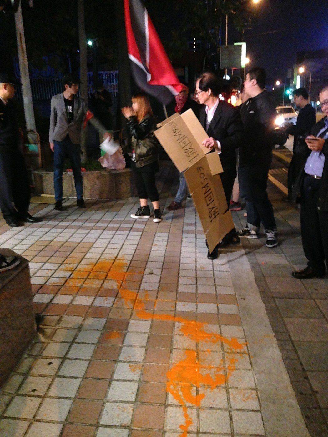 社會革命黨成員到國民黨中央黨部潑漆,油漆潑灑一地。圖/聯合報系資料照片