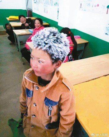 因為頂著一頭冰花上學,成為中國大陸網紅的「冰花男孩」王福滿(圖),5月已搬進新落...