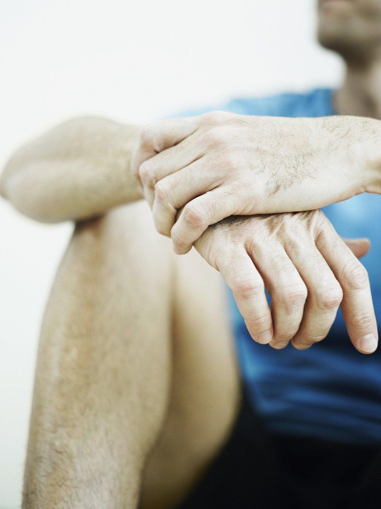 台中市一名15歲籃球校隊球員想要效法NBA球星林書豪,每天嚴格訓練,造成髕骨肌腱...