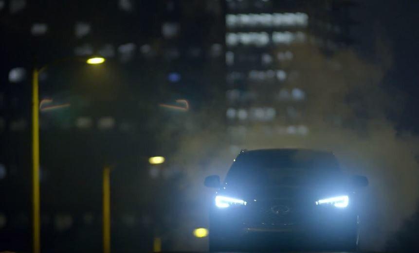 QX50在暗夜裡的LED頭燈也相當具有肅殺感。 摘自INFINITI