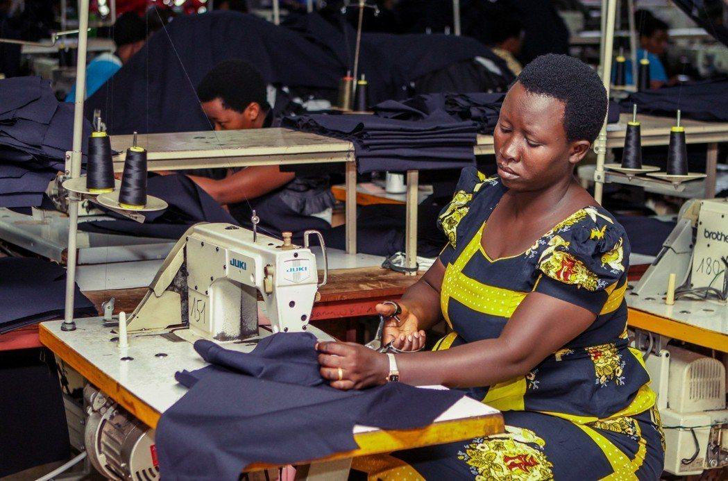 在進口替代的邏輯下,走出舊衣經濟,不僅是擺脫「施捨」的「尊嚴問題」,更是東非作不...