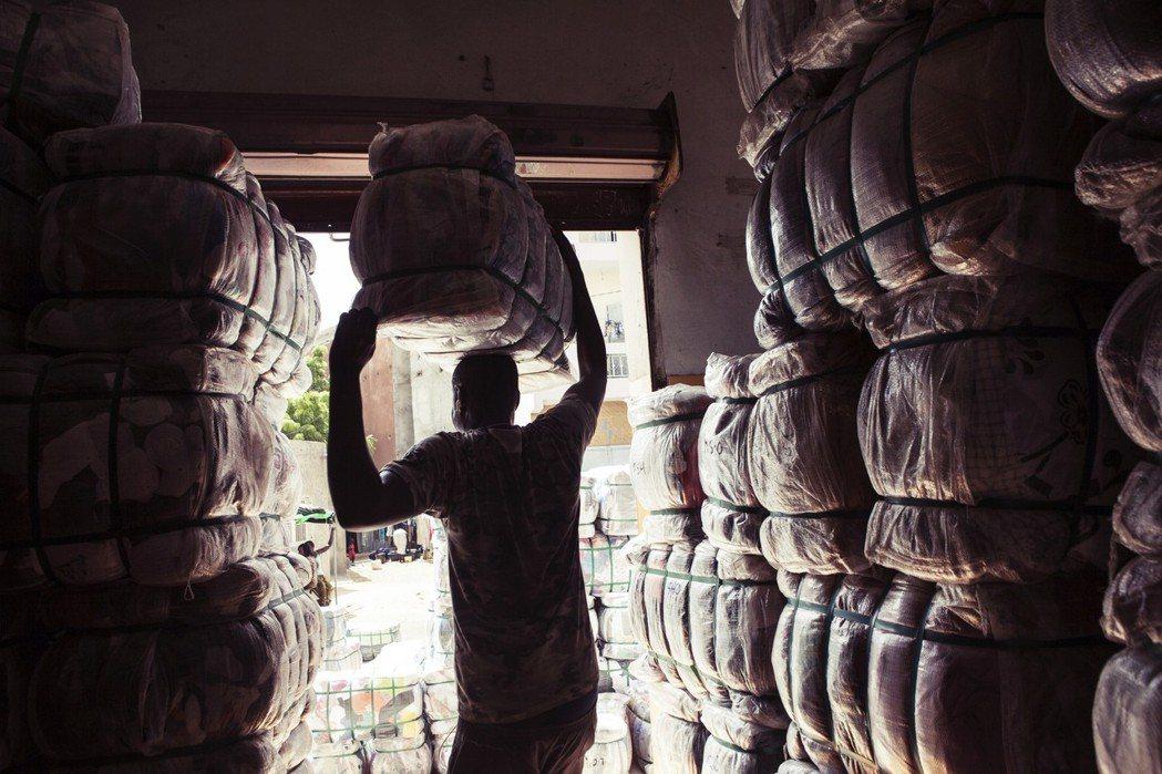 失去海外市場的本土工業不僅扶不起來,目前依賴二手衣銷售維生的2萬2,000個本地...