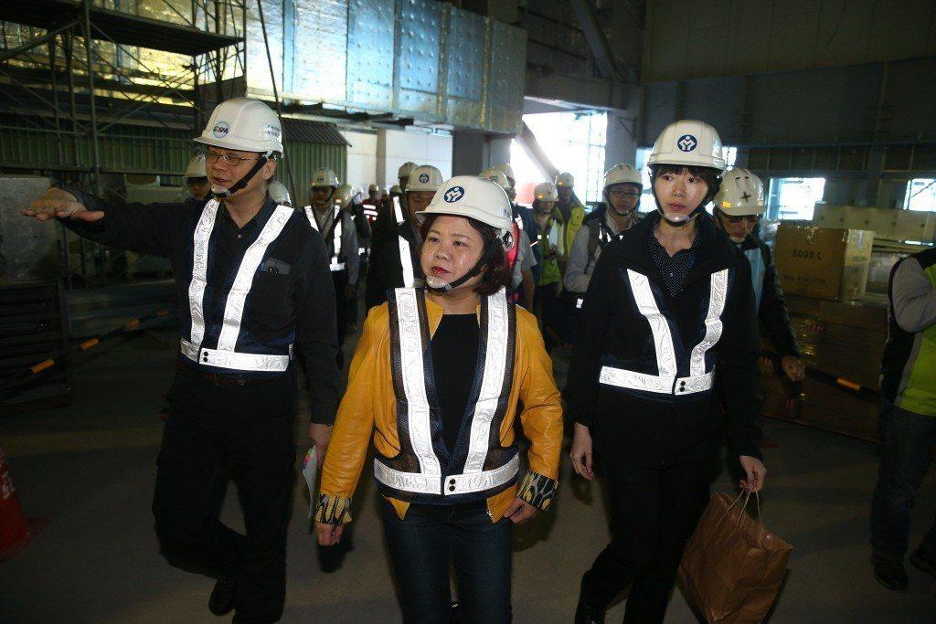 今年3月,勞動部長許銘春亦曾率隊前往桃園機場第二航廈進行勞檢。 圖/聯合報系資料...
